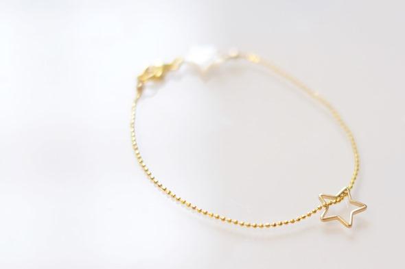 armbandje met gouden ketting, sterretje en parelmoer kralen, communiejuweel of lentefeest
