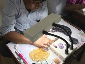 edelsteen bewerkers in een atelier in India_Zahia