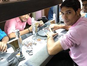 edelsteen slijpers in een atelier in India_Zahia
