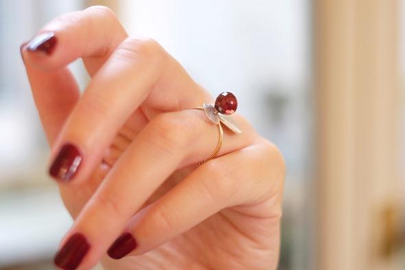 handgemaakte ring met rode granaat briolettes en kralen, zahia juwelen workshop 2