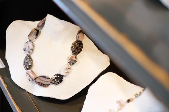 handgemaakt halssnoer met agaat, jasper en opaal kralen
