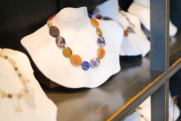 handgemaakt halssnoer met lapis lazuli, aventurijn, tijgeroog en sodaltiet halfedelstenen
