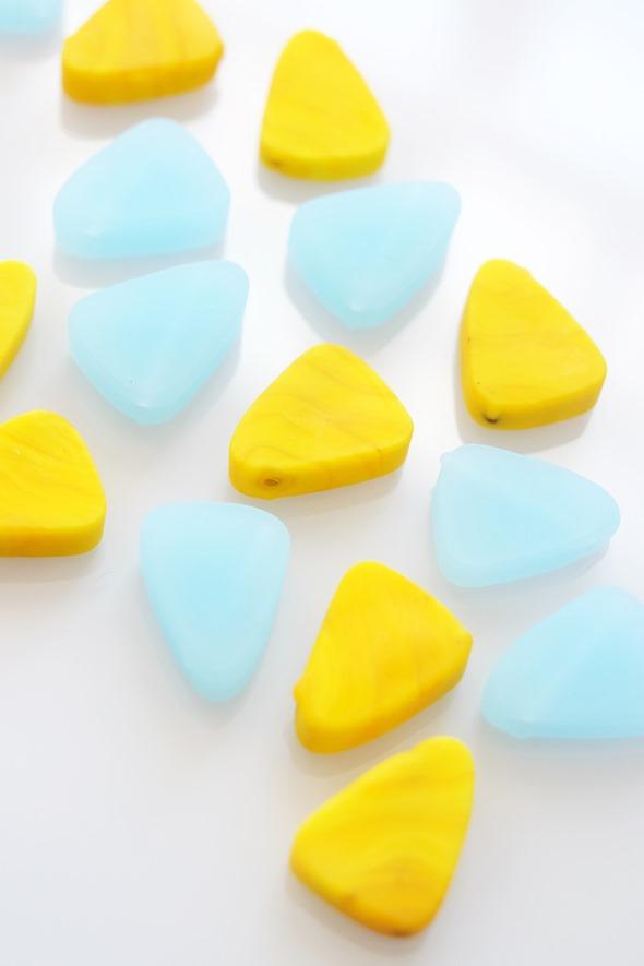 driehoekjes van Murano glas in geel en lichtblauw, handgemaakte kralen
