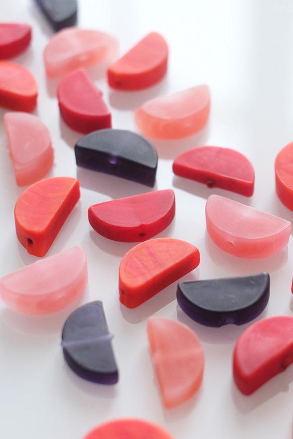 halve maantjes Murano glas in rood, oud roze, oranjerood en donker paars, handgemaakte kralen