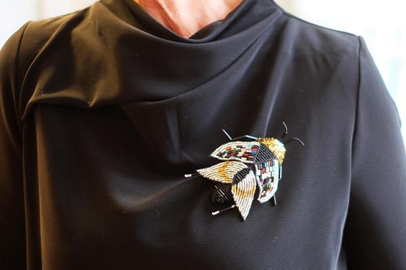 kever broche op een zwart kleedje