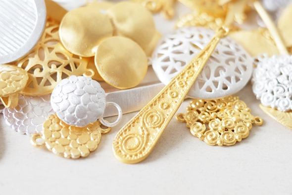filigraan bedels en linkjes om zelf juwelen te maken, handgemaakt in India