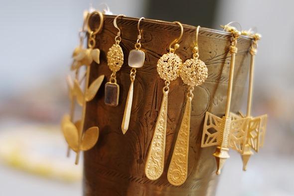handgemaakte oorringen met lapis lazuli en goudkleurige filigraan uit India 4
