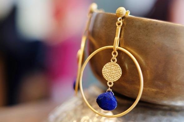handgemaakte oorringen met lapis lazuli en goudkleurige filigraan uit India