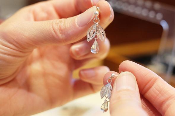 zilveren oorringen met filigraan linkje en halfedelsteen